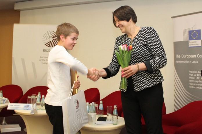 Eiropas Transporta komisāre Violeta Bulca sveic Ričardu Kristeru Knipši Foto: Aivis Freidenfelds, SM