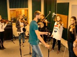 """Salaspils Mūzikas un mākslas skolas vijolnieku ansamblis Rīgas ierakstu studiju """"Lauska"""","""